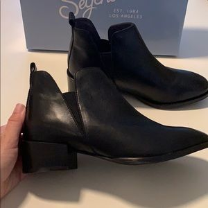 Seychelles Off Stage  Black Chelsea Boot Size 7